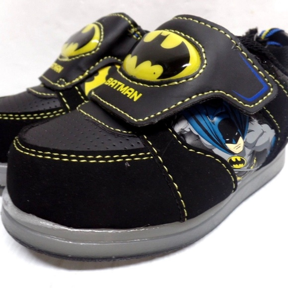 46fb79822aaf DC Comics Batman Boy s Atheltic Light Up Shoes